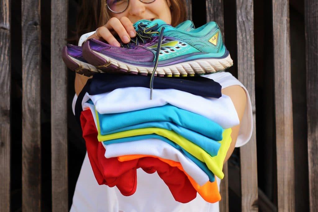 donner ses vêtements et ses chaussures